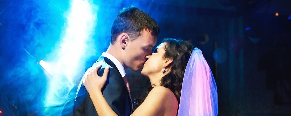 Brautpaar küsst sich bei romantischer Musik der Hochzeitsband auf der Tanzfläche
