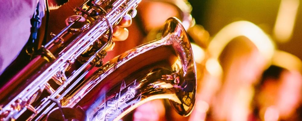 Goldenes Saxophon einer Tanzband glänzt bunt im Bühnenlicht